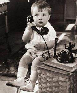 niño-telefoneando